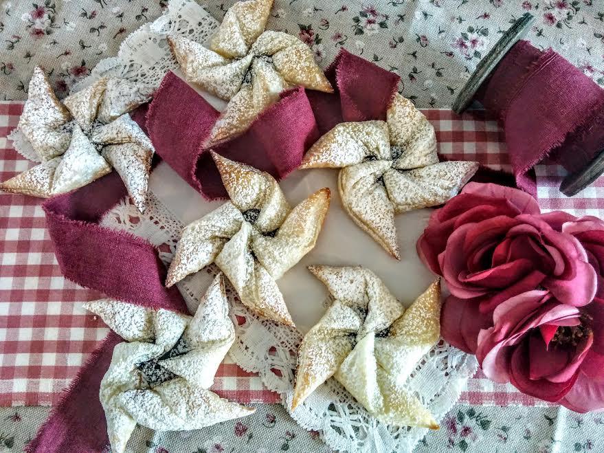 Girandole di pasta sfoglia con confettura di prugne