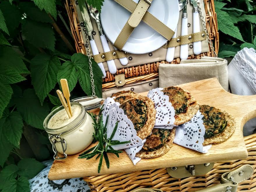Piadine di grano saraceno con frittatine di stridoli e hummus di cannellini