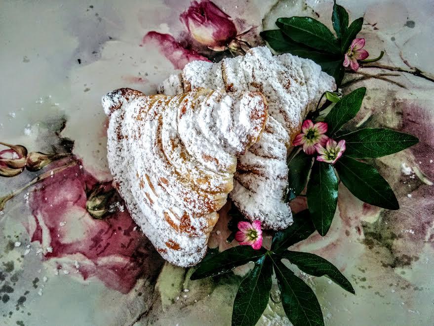Ventagli di pasta sfoglia con ricotta & confettura di amarene