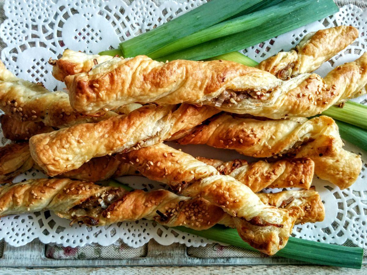 Grissini di pasta sfoglia con porro & salsiccia