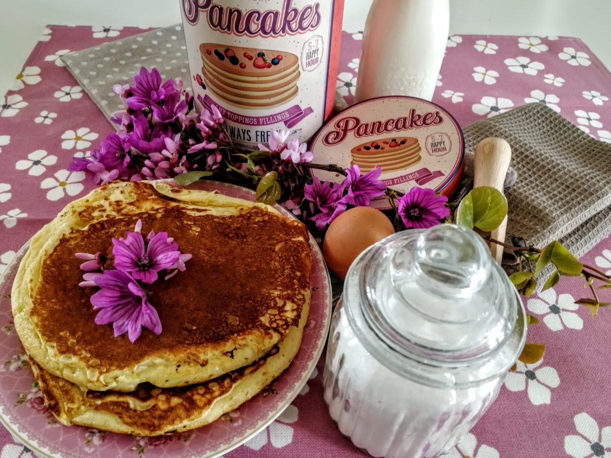 Scatola di latta con ingredienti per preparare i pancake