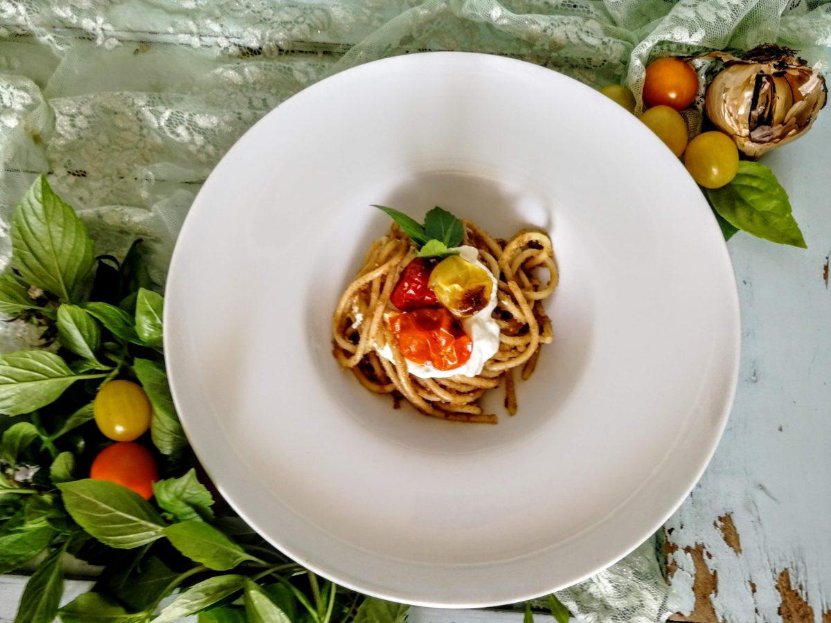 Spaghetti con pesto di aglio nero, pomodorini e burrata