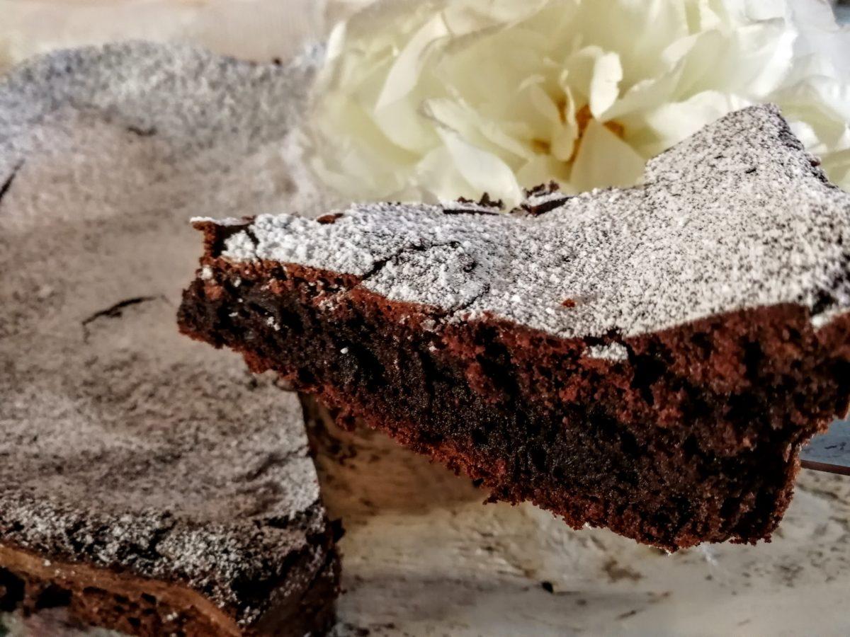 Torta al cioccolato fondente dal cuore morbido